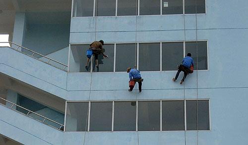Dịch vụ lau kính, vệ sinh kính tòa nhà cao tầng